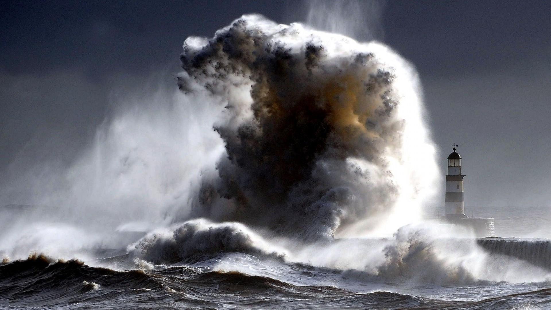 气象服务,添加好友,台风预警,第三方,卫星电话 天气+我要航海网-航海气象服务平台招募内测船长 lighthouses-mighty-wave-crashing-offshore-lighthouse-surf-waves-spray-sea-storm-.jpg
