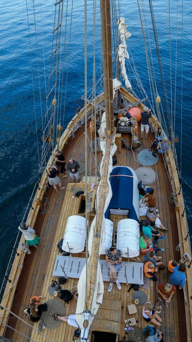 """海贼王,欧洲10国游,中国女孩,康斯坦丁,奥德赛 她是唯一一个过上""""海贼王""""生活的中国女孩,乘着95岁的木船,喝最烈的酒... de75b0e88720c5ce4cfc68e9d03dd5ee.jpg"""