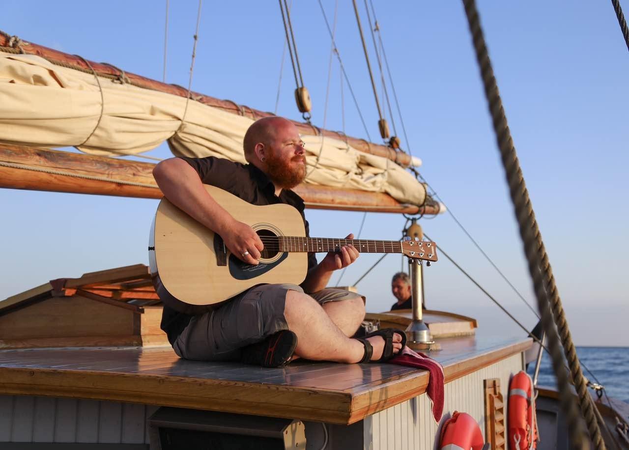 """海贼王,欧洲10国游,中国女孩,康斯坦丁,奥德赛 她是唯一一个过上""""海贼王""""生活的中国女孩,乘着95岁的木船,喝最烈的酒... efa704ab2b484faf3b485d3fde44074b.jpg"""