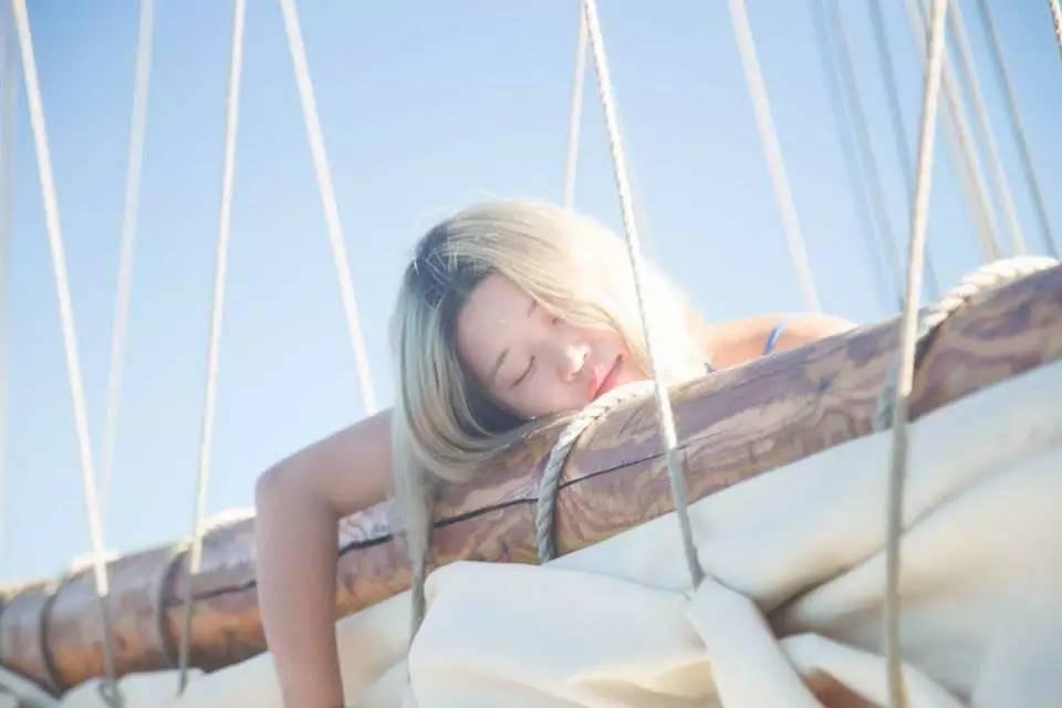 """海贼王,欧洲10国游,中国女孩,康斯坦丁,奥德赛 她是唯一一个过上""""海贼王""""生活的中国女孩,乘着95岁的木船,喝最烈的酒... 59b2e83953a0543fbf326a41be617ac3.jpg"""