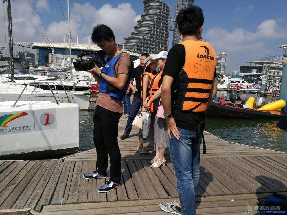 日照电视台来世帆公益基地上船采访,并体验帆船,听说两个美女记者都吐了,哈哈 164741gr5fzfuymrsur6pz.jpg