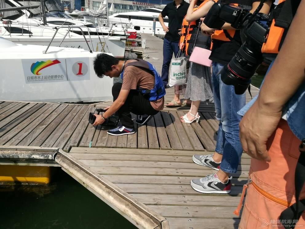 日照电视台来世帆公益基地上船采访,并体验帆船,听说两个美女记者都吐了,哈哈 164741ikzn49knwysnhhsa.jpg