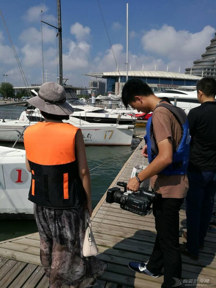 日照电视台来世帆公益基地上船采访,并体验帆船,听说两个美女记者都吐了,哈哈 164741yowumlk4kyelli44.jpg