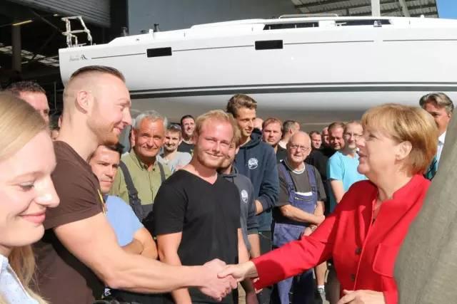 德国总理默克尔参观汉斯帆船工厂 9fe709a492cd8b4e1f8ec9d761cb2522.jpg
