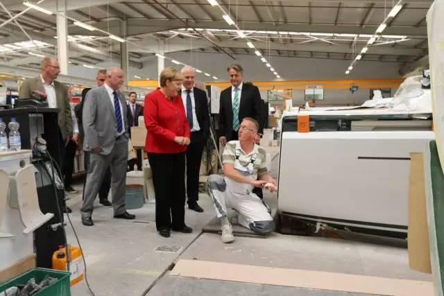 德国总理默克尔参观汉斯帆船工厂 2f831ecbd9d6566ed1f95bfadce9e27b.jpg