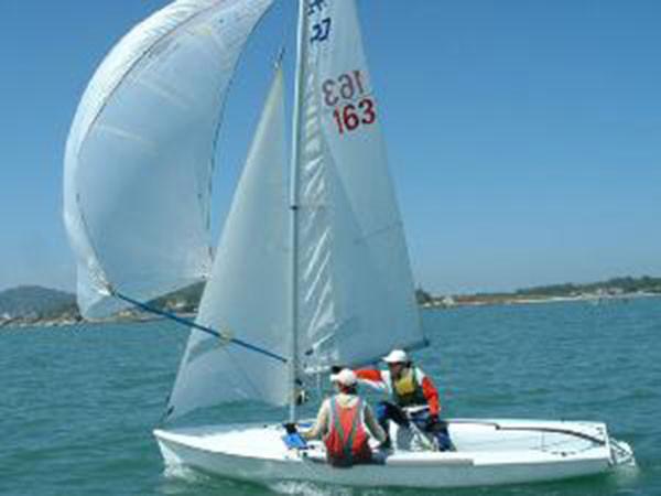 帆船运动 技术篇:帆船运动中稳向板船下水注意事项! 6631535058142807593.jpg