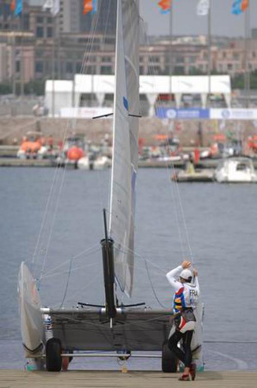 帆船运动 技术篇:帆船运动中稳向板船下水注意事项! 6631577939096283040.jpg