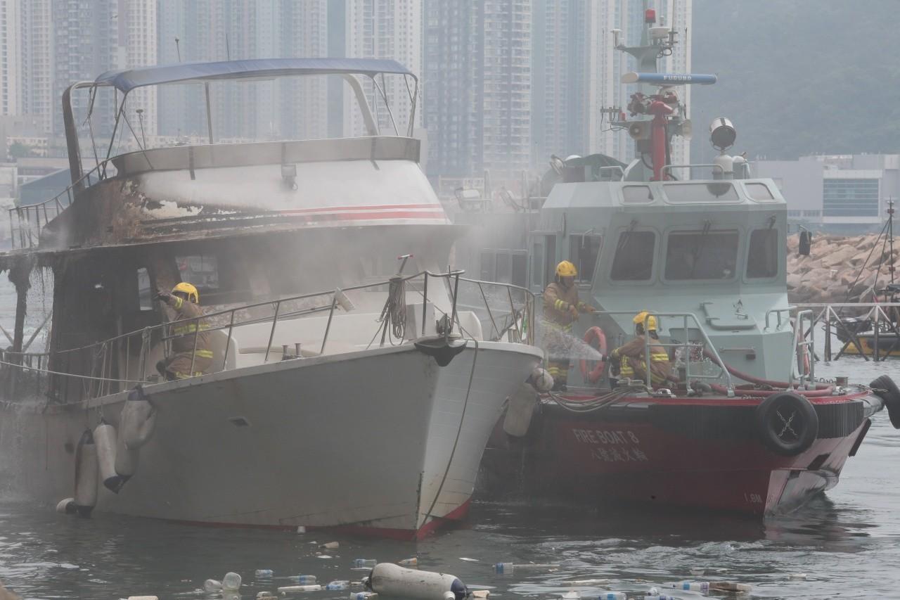 有限公司,起火原因,救护车,消防员,避风塘 香港筲箕湾又一18米游艇起火焚毁|游艇消防不可不查 861ef1eb40bd2a5d390a23e6fd3eec08.jpg