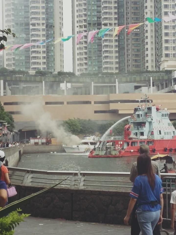 有限公司,起火原因,救护车,消防员,避风塘 香港筲箕湾又一18米游艇起火焚毁|游艇消防不可不查 82bdfa92dfbced2a121cdfa46568d0c3.jpg