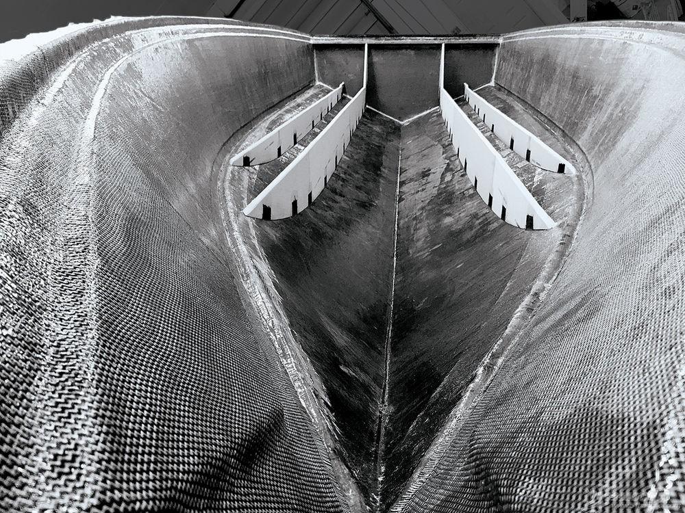 玻璃钢在做成船体之后,属于固体状态还是柔韧的状态? img_4453.jpg