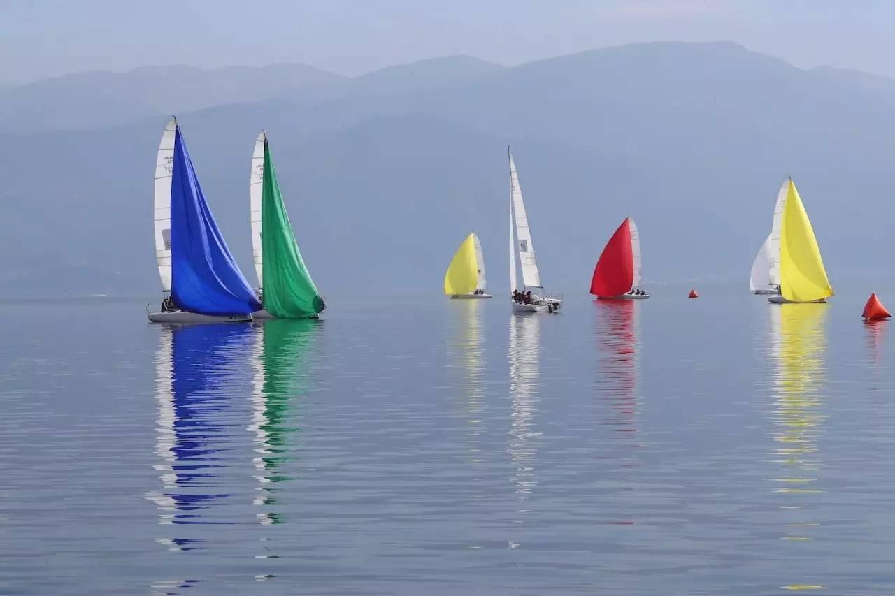 邛海帆船赛第二日比赛赛况 18349753c89e15d30ef351233bf79f28.jpg