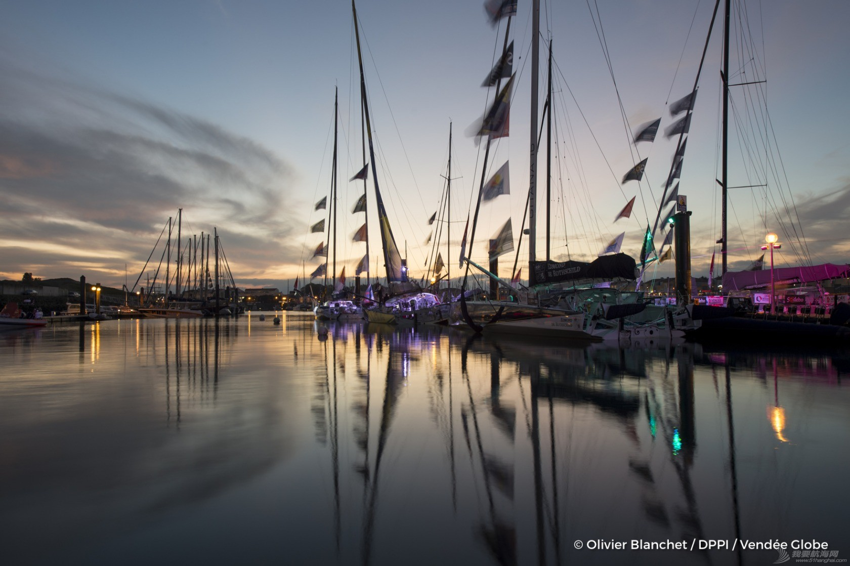 谁将赢得第8届旺代环球(Vendee Globe)? illustration-of-pontoons-by-night-during-prestart-of-the-vendee-globe-in-les-sables-d-olonne-france-on-october-27th-2016-photo-olivier-blanchet-dppi-vendee-globeillustration-de-nuit-des-pontons-du-vend.jpg